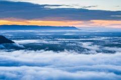 Névoa da manhã e nascer do sol, penhasco, montanha tropical Foto de Stock Royalty Free