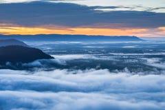 Névoa da manhã e nascer do sol, penhasco, montanha tropical Imagens de Stock Royalty Free