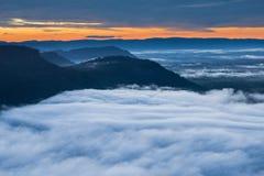 Névoa da manhã e nascer do sol, penhasco, montanha tropical Imagem de Stock