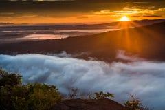 Névoa da manhã e nascer do sol, penhasco, montanha tropical Imagens de Stock