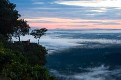Névoa da manhã e nascer do sol, penhasco, montanha tropical Fotografia de Stock Royalty Free