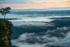 Névoa da manhã e nascer do sol, penhasco, montanha tropical Foto de Stock