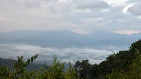 Névoa da manhã em Khao Panoen Thung no parque nacional de Kaeng Krachan, Phetchaburi, vídeo de Timelapse vídeos de arquivo
