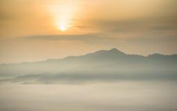 Névoa da manhã em Phu Lang Ka, Tailândia Foto de Stock Royalty Free