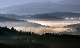 Névoa da manhã nas montanhas imagens de stock royalty free