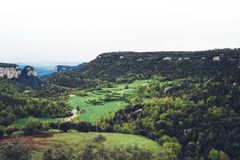 Névoa da manhã nos picos de montanha na paisagem natural O vale verde no céu dramático nevoento do fundo, montanha cobre Panorama Fotografia de Stock