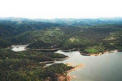 Névoa da manhã nos picos de montanha na paisagem natural Vale verde no céu do fundo, em partes superiores da montanha e no rio dr Imagem de Stock