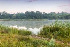 Névoa da manhã sobre a água Fotos de Stock Royalty Free
