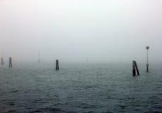 Névoa da manhã sobre o mar de adriático e as colunas de madeira no Imagens de Stock Royalty Free