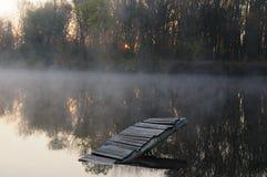 Névoa da manhã sobre o rio Foto de Stock