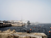 Névoa da mola sobre o mar Báltico imagens de stock