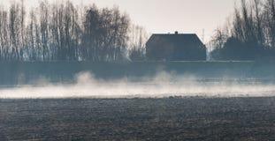 Névoa do amanhecer acima de um campo arado Foto de Stock