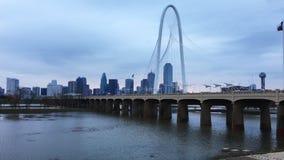névoa do amanhecer de 4K UltraHD o em Margaret Hunt Bridge em Dallas