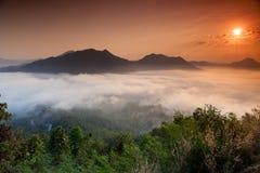 Névoa do nascer do sol da parte superior da montanha imagens de stock royalty free
