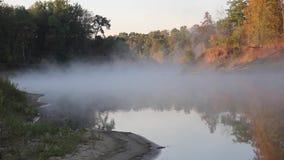 Névoa do outono sobre o rio filme