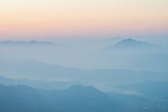 Névoa e as montanhas fotografia de stock