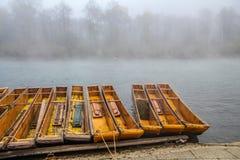 Névoa e névoa da manhã sobre o rio de Dunajec fotografia de stock