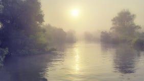 Névoa e e para sobre um rio Fotos de Stock Royalty Free