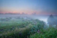 Névoa e moinho de vento densos da manhã Imagem de Stock Royalty Free