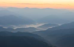 Névoa e montanha Fotografia de Stock