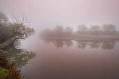Névoa e névoa em um rio selvagem Fotos de Stock Royalty Free