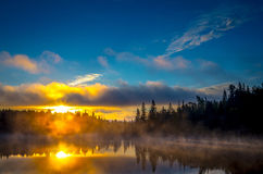 Névoa e nascer do sol Fotografia de Stock