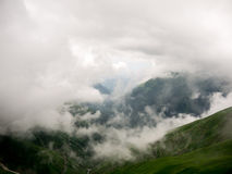 névoa e nuvem na montanha imagem de stock
