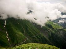 névoa e nuvem na montanha imagens de stock royalty free