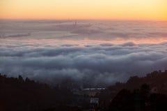 Névoa e por do sol sobre San Francisco Bay Foto de Stock