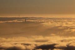Névoa e por do sol sobre San Francisco Bay Fotografia de Stock Royalty Free
