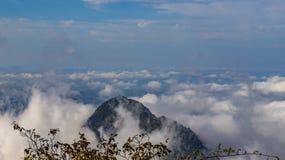 Névoa e névoa que cobrem os vales abaixo, paisagem outonal, sentimento frio foto de stock