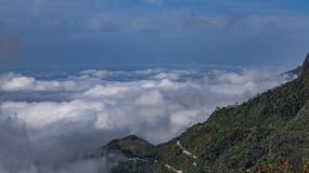 Névoa e névoa que cobrem os vales abaixo, paisagem outonal, sentimento frio fotografia de stock