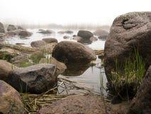 Névoa e rochas litorais Imagens de Stock Royalty Free