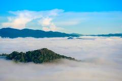 A névoa em Khao Phanoen Thung, parque nacional de Kaeng Krachan no Th Imagem de Stock