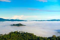 A névoa em Khao Phanoen Thung, parque nacional de Kaeng Krachan no Th Imagens de Stock