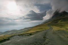 A névoa encobriu a montanha dos cumes Fotografia de Stock Royalty Free