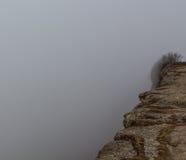 A névoa esconde a parte a mais perigosa de uma montanha: o precipício foto de stock