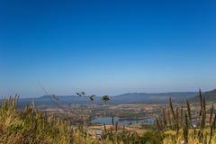 Névoa fina, montes que conectam belamente e reservatório de Rattanai como visto do ponto de vista oposto ao gabinete distrital de Imagem de Stock