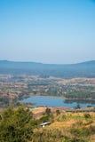 Névoa fina, montes que conectam belamente e reservatório de Rattanai como visto do ponto de vista oposto ao gabinete distrital de Fotografia de Stock Royalty Free