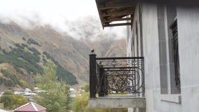 Névoa grossa na montanha Montanhas de Geórgia, Cáucaso video estoque