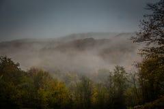 Névoa místico nas montanhas Fotografia de Stock Royalty Free