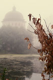 A névoa místico sobre a água Imagens de Stock