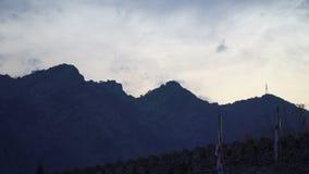 A névoa majestosa ajardina com as montanhas altas de Geórgia, Europa Céu dramático filme