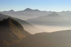 Névoa nas montanhas Fotografia de Stock Royalty Free