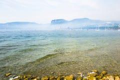Névoa no lago do garda Imagem de Stock