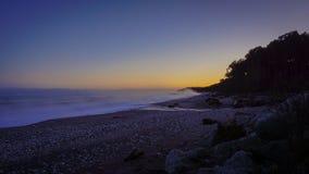 Névoa no nascer do sol na praia foto de stock