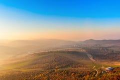 Névoa no prado com os montes no fundo Imagem de Stock Royalty Free