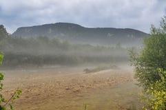 Névoa no rio Kurdzhips da montanha Imagens de Stock Royalty Free