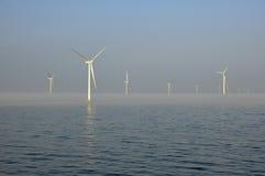 Névoa no windpark a pouca distância do mar Imagem de Stock