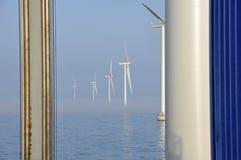 Névoa no windpark a pouca distância do mar Imagens de Stock